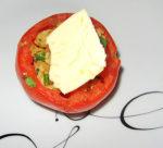 Meersalz-Butter an gefüllte Tomate